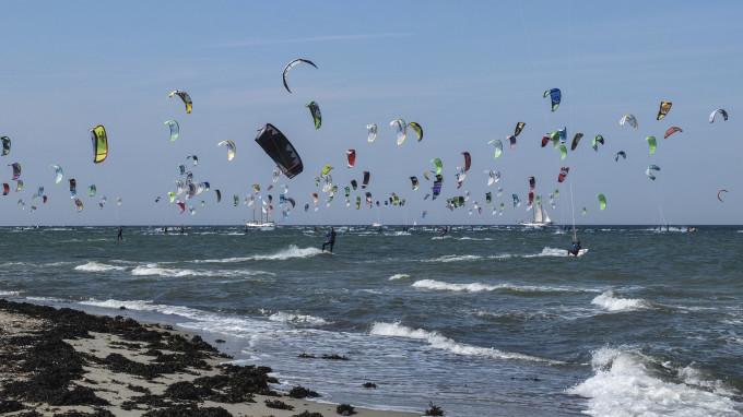 red bull coast to coast - das längste kitesurfrennen der Welt. über 400 Teilnehmer nahmen am 40 km lange Rennen von der Küste vor Fehmarn (Deutschland) an die Küste vor Dänemark und retour teil.